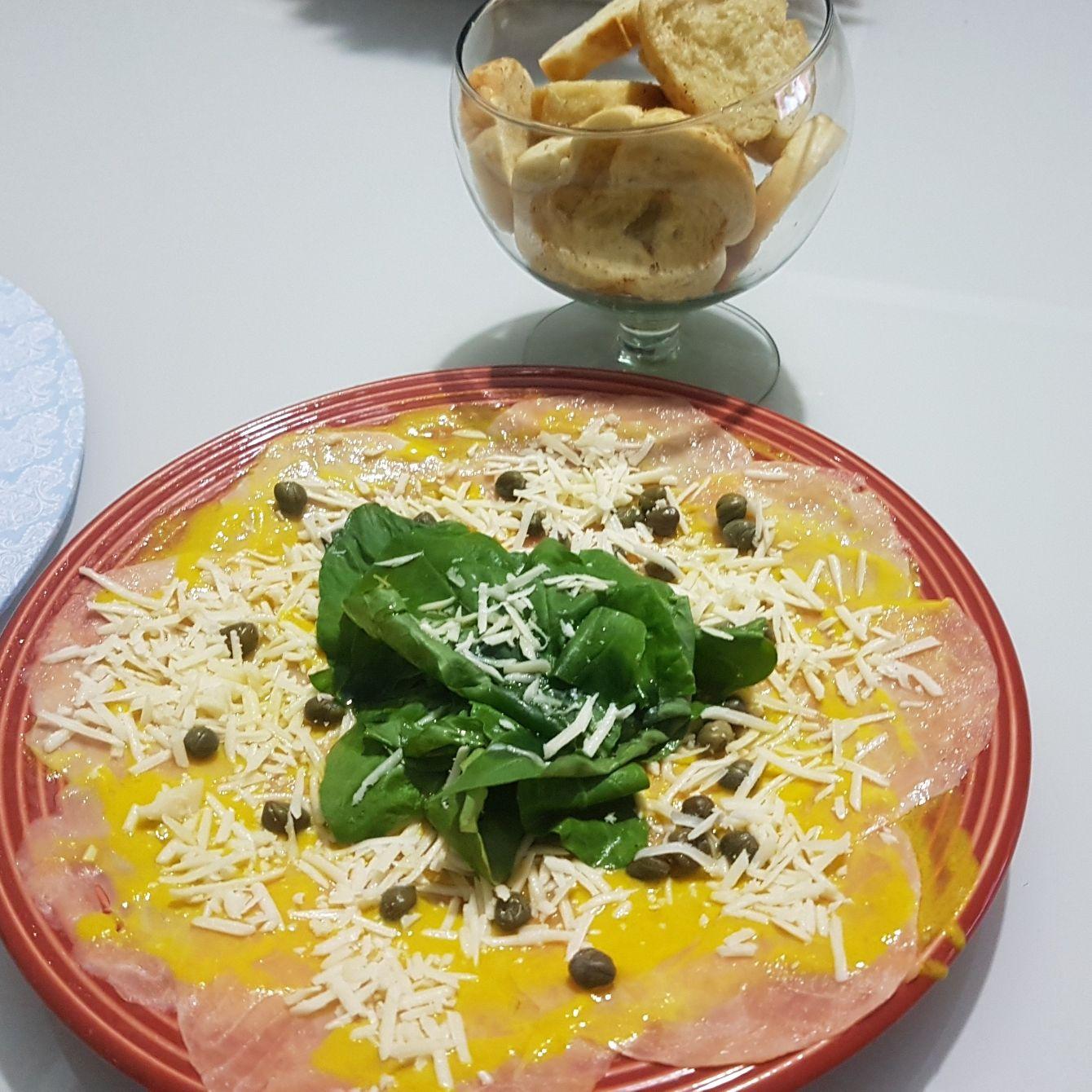 Carpaccio de salmão com queijo e rúcula