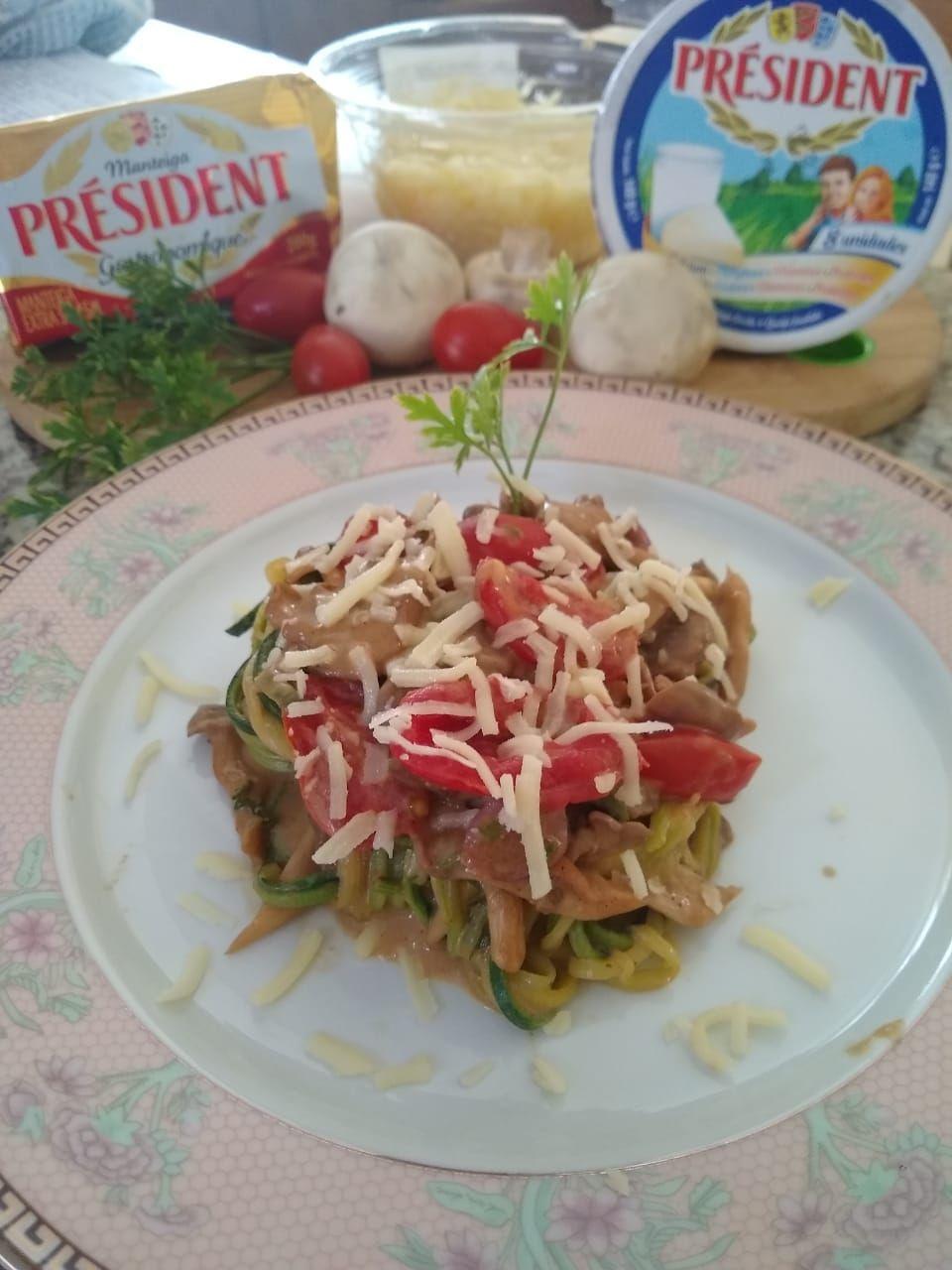 Espaguete de abobrinha com molho cremoso de cogumelos