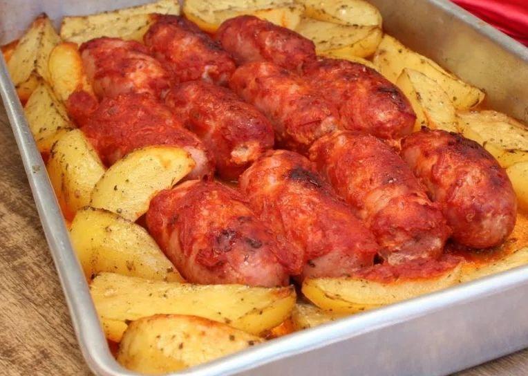 Linguiça com batata fácil no forno